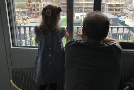 Far og Mulle kikker på gravkøer på Rigshospitalet