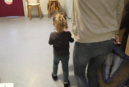 Moderen fik lov at følge ritualet, hvor barnet går fra vuggestue til børnehave. Det var så fint.