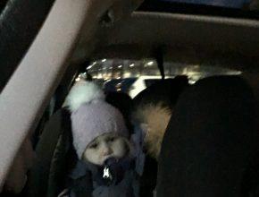 Sidder klar i bilen, klarede at komme ind i autostolen uden problemer. Hun ville bare hjem til mormor, Manne og Eleo'ora og det kunne kun gå for langsomt!