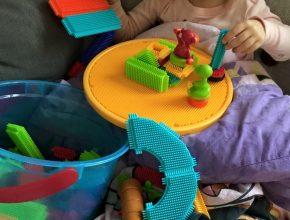 Hjemme igen på sofaen...og leger med skønt legetøj, som ankom som gave <3