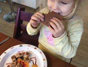Mulle har heldigvis fået appetitten lidt mere tilbage, men hun får stadig lov til at spise alt. Her spiser hun så leverpostej med pålægschokolade til formiddagsmad...so be it!